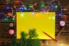 Kerstboomtak, slinger, kegels, een schoon blad royalty-vrije stock foto's