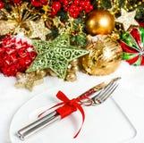 Kerstboomtakken met decoratie in rood en gouden Stock Afbeelding