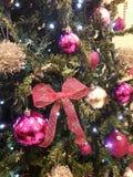 Kerstboomvakantie de roze zilveren gelukkige creatieve decoratie van het reclamenieuws Stock Fotografie