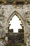 Kerstboomvorm in het venster van een kasteel stock afbeeldingen