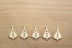 Kerstboomvorm van hout op houten lijst wordt gemaakt die Royalty-vrije Stock Afbeelding