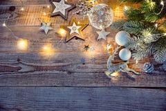 Kerstkaart bij oude uitstekende raad stock afbeeldingen