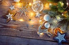 Kerstkaart bij oude uitstekende raad stock fotografie