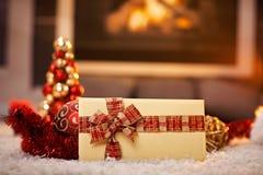 Kerstkaart en decoratie door open haard Stock Foto's