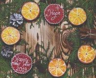 Kerstkaart: Mandarijnen, peperkoekkoekjes van oranje plakken, een Kerstmisster en groeten op Kerstmis royalty-vrije stock foto