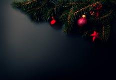 Kerstkaart met abstracte vakantiedecoratie over zwarte rug Royalty-vrije Stock Afbeeldingen