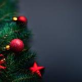 Kerstkaart met abstracte vakantiedecoratie over zwarte rug Royalty-vrije Stock Afbeelding