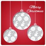 Kerstkaart met ballen van document worden gesneden dat Klassieke rode bovenkantlaag en zilveren naadloos hieronder patroon Ontwer Royalty-vrije Stock Fotografie