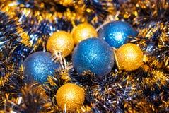 Kerstkaart met blauw en geel Kerstmisspeelgoed royalty-vrije stock fotografie