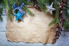 Kerstkaart met decoratie op een houten raad Stock Afbeeldingen