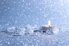 Kerstkaart met een brandende kaars op een zilveren achtergrond Royalty-vrije Stock Afbeelding