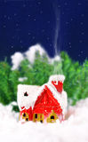 Kerstkaart met een huis in het hout Royalty-vrije Stock Afbeeldingen