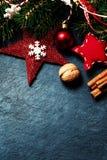 Kerstkaart met feestelijke decoratie over zwarte achtergrond Stock Afbeeldingen