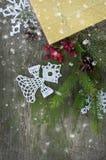 Kerstkaart met gebreide engel en sneeuw Stock Afbeeldingen