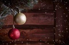 Kerstkaart met gouden en rood speelgoed Stock Afbeeldingen