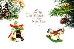 Kerstkaart met gouden klok en houten paard met decoratio Stock Afbeelding