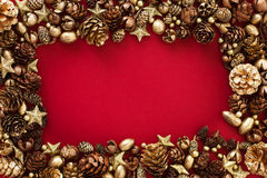 Kerstkaart met gouden sparappel en sterren Stock Afbeelding