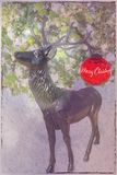 Kerstkaart met herten en rode bal royalty-vrije stock foto's