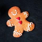 Kerstkaart met het koekje van de Peperkoekmens op donkere achtergrond w Stock Afbeeldingen