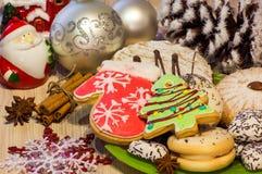 Kerstkaart met koekjes in de vorm van een Kerstboom en de wintervuisthandschoenen, cakes, anijsplant, kaneel, Kerstmisspeelgoed Royalty-vrije Stock Afbeelding