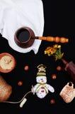 Kerstkaart met koffie en sneeuwman Kop van hete drank Het concept van vakantiekerstmis Noten, een boeket van bloemen, Kerstmisstu Royalty-vrije Stock Foto's