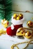 Kerstkaart met Rode Santa Boot Ornament And Decor op Sneeuw Houten Achtergrond Selectieve nadruk met exemplaarruimte Royalty-vrije Stock Fotografie