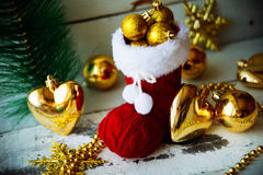 Kerstkaart met Rode Santa Boot Ornament And Decor op Sneeuw Houten Achtergrond Selectieve nadruk met exemplaarruimte Stock Fotografie