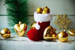 Kerstkaart met Rode Santa Boot Ornament And Decor op Sneeuw Houten Achtergrond Selectieve nadruk met exemplaarruimte Stock Afbeelding