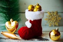 Kerstkaart met Rode Santa Boot Ornament And Decor op Sneeuw Houten Achtergrond Selectieve nadruk met exemplaarruimte Royalty-vrije Stock Foto's