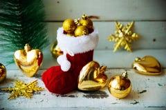 Kerstkaart met Rode Santa Boot Ornament And Decor op Sneeuw Houten Achtergrond Selectieve nadruk met exemplaarruimte Royalty-vrije Stock Afbeelding