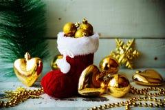 Kerstkaart met Rode Santa Boot Ornament And Decor op Sneeuww Stock Afbeeldingen