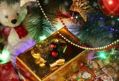 Kerstkaart met slinger, gift en rode ballen royalty-vrije stock afbeelding