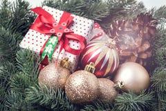 Kerstkaart met Spar en Decor Gestemde het Vakje van de van het Achtergrond Kerstmisnieuwjaar Kerstmisgift stock afbeelding