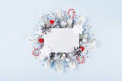 Kerstkaart met vakantiedecoratie stock foto