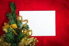 Kerstkaart met Witboek op rood Stock Foto's