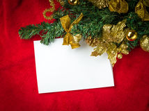 Kerstkaart met Witboek op rood Stock Foto