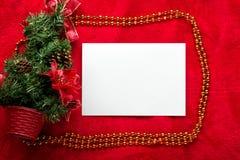 Kerstkaart met Witboek op rood Royalty-vrije Stock Afbeeldingen
