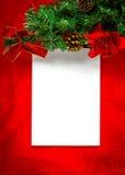 Kerstkaart met Witboek op rood Stock Afbeeldingen