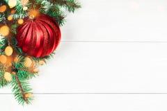 Kerstkaart op witte houten achtergrond met rode bal christus Royalty-vrije Stock Afbeeldingen