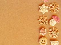 Kerstkaart - stroornamenten en peperkoek stock foto's