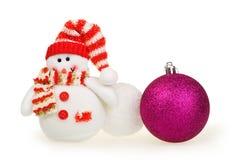Kerstkaart, stuk speelgoed sneeuwman, sneeuwballen en bal Royalty-vrije Stock Afbeeldingen