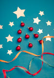 Kerstkaart van verwijderde glanzende document sterren, Kerstmis diebal wordt gemaakt Royalty-vrije Stock Foto's