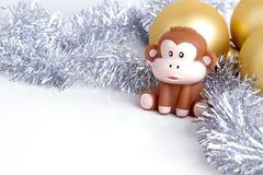 Kerstkaart zilveren klatergoud als achtergrond en stuk speelgoed aapsymbool 20 Royalty-vrije Stock Afbeelding