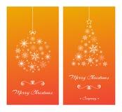 Kerstkaarten met boom en bal van sneeuwvlokken op sinaasappel Stock Foto's