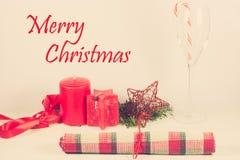 Kerstkaartregeling met rode kaars Stock Afbeeldingen