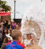 KERSTMAN CRUZ, SPANJE - Februari 12: De deelnemers van de parade in kleurrijk Royalty-vrije Stock Afbeeldingen