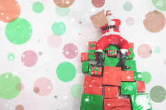 Kerstman die bij grote giftvakjes zitten en wenslijst lezen Royalty-vrije Stock Fotografie