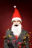 Kerstman die in de lichten van Kerstmis wordt verpakt Royalty-vrije Stock Foto's