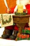 Kerstman die Kerstmislijst schrijven stock afbeelding