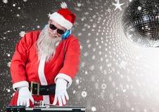Kerstman die DJ in disco spelen stock foto